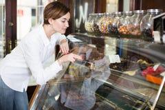 Женщина выбирая десерт Стоковая Фотография RF