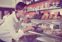 Женщина выбирая десерт Стоковое Изображение