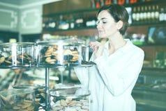 Женщина выбирая десерт Стоковое Изображение RF