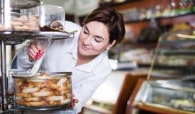 Женщина выбирая десерт Стоковые Фотографии RF