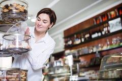 Женщина выбирая десерт Стоковое Фото
