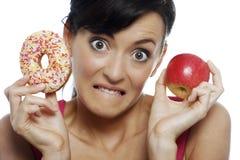 Женщина выбирая еду Стоковая Фотография RF
