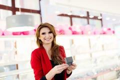 Женщина выбирая кольцо в кольце ювелирных изделий Стоковая Фотография