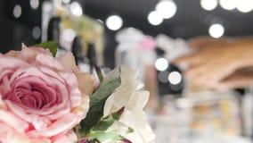 Женщина выбирая косметики заботы красоты в торговом центре моды Запачканные женские бутылки геля тела рудоразборки клиента в мага сток-видео