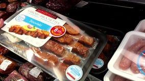 Женщина выбирая куриную грудку brochettes Kabobs внутри магазина Walmart видеоматериал