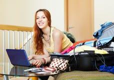 Женщина выбирая курорт на интернете Стоковые Изображения