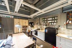 Женщина выбирая мебель кухни Стоковые Фото