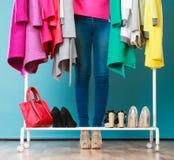 Женщина выбирая одежды для того чтобы нести в моле или шкафе Стоковое Изображение RF