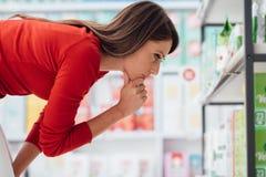 Женщина выбирая продукты стоковые изображения rf
