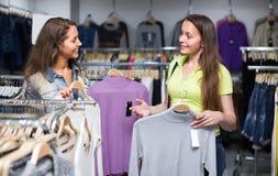Женщина выбирая пуловер в магазине Стоковое Изображение