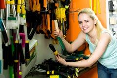 Женщина выбирая различное садовническое различное Стоковое Изображение RF