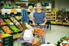 Женщина выбирая сезонные плодоовощи Стоковые Фотографии RF