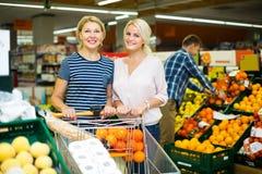 Женщина выбирая сезонные плодоовощи Стоковые Фото
