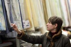 Женщина выбирая ткани Стоковая Фотография RF