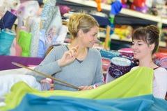 Женщина выбирая ткань на магазине оптовой продажи ткани Стоковое Изображение