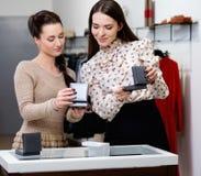 Женщина выбирая украшения с продавцем Стоковое Изображение RF