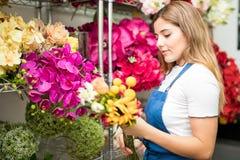 Женщина выбирая цветки для букета Стоковая Фотография