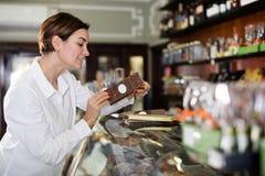 Женщина выбирая шоколадный батончик Стоковое Фото