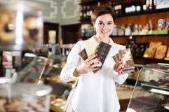 Женщина выбирая шоколадный батончик Стоковое фото RF