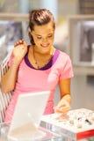 Женщина выбирая jewelery стоковое изображение rf