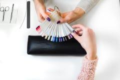 Женщина выбрала шеллак цвета кот-глаза для ногтя Стоковое Фото