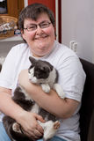 женщина выведенная из строя котом умственно Стоковые Изображения RF