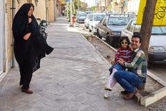Женщина выглядеть как отец и дочь представляя к фотографу, ИРА Стоковое Изображение