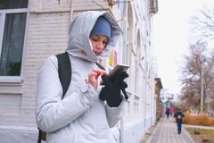Женщина выпаданная из ускорения в городе и искать маршрут используя навигатора в мобильном телефоне стоковые изображения rf