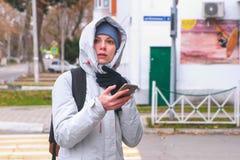 Женщина выпаданная из ускорения в городе и искать маршрут используя навигатора в мобильном телефоне стоковая фотография rf
