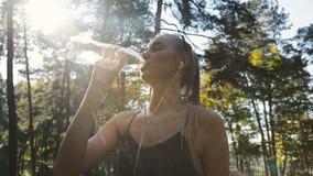Женщина выпивает воду видеоматериал
