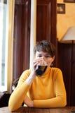 Женщина выпивает темное пиво Стоковое Изображение RF