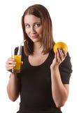 Женщина выпивая апельсиновый сок стоковые фотографии rf