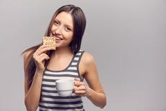Женщина выпивая горячее питье от устранимого бумажного стаканчика Стоковые Фото