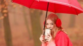 Женщина выпивая горячий кофе ослабляя в парке осени Стоковое Изображение RF