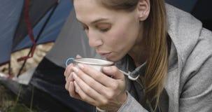 Женщина выпивая горячий напиток в располагаясь лагерем шатре Соедините людей в отключении осени влюбленности внешнем в природе Де сток-видео