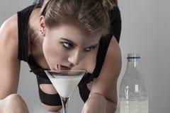 женщина выпивая молока кота Стоковые Изображения