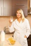 женщина выпивая молока Стоковые Изображения RF
