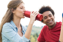 Женщина выпивая от бутылки воды Стоковое Изображение