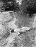 Женщина выпивая от крошечного потока (все показанные люди более длинные живущие и никакое имущество не существует Гарантии постав стоковые изображения rf