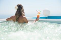 Женщина выпивая тропический коктеиль Стоковое Фото