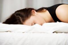 женщина выпитая кроватью Стоковое Изображение RF