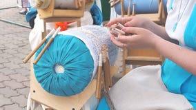 Женщина выполняет weave шнурка на спицах видеоматериал