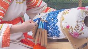 Женщина выполняет weave шнурка на спицах сток-видео