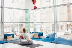 Женщина выполняя представление йоги на циновку, здоровый образ жизни и концепцию фитнеса Стоковая Фотография