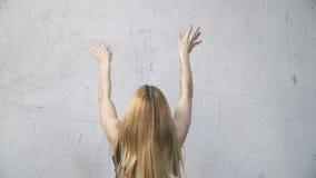 Женщина выполняя тренировку шарика стены сток-видео
