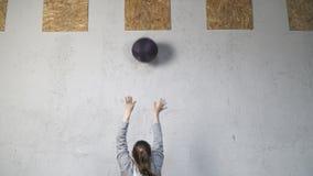 Женщина выполняя тренировку шарика стены акции видеоматериалы