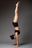 Женщина выполняя handstand стоковое фото