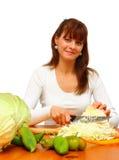 женщина вырезывания капусты Стоковое Изображение RF