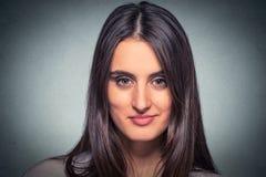 Женщина выстрела в голову молодая жизнерадостная усмехаясь стоковые фотографии rf