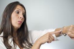 Женщина выстукивая на наручных часах стоковое фото rf